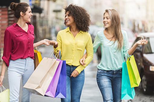 Vrouwen Lopen Met Boodschappentassen In De Stad Stockfoto en meer beelden van Afrikaanse etniciteit
