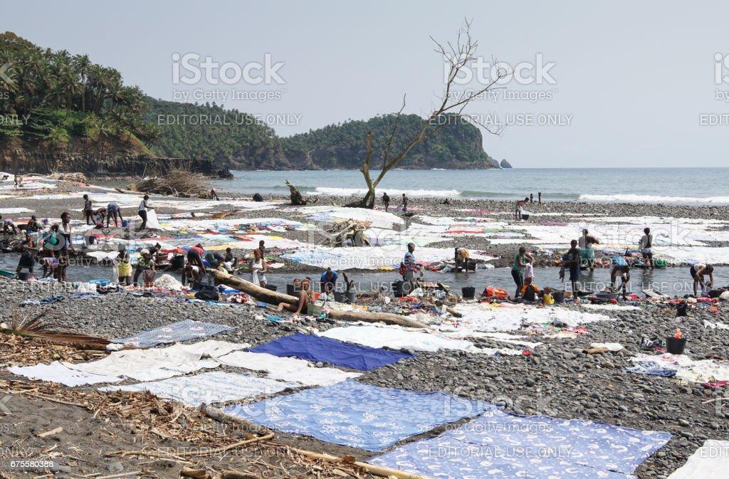 Praia Messia Alves, Sao Tome and Principe - January 29, 2017: Women washing clothes on Praia Messia Alves on January 29, 2017 in Sao Tome, Africa photo libre de droits