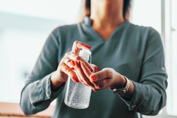 Frauen waschen Hände mit Alkoholgel oder antibakterielle Seifendesinfektionsmittel. Hygienekonzept. Verhindern Sie die Ausbreitung von Keimen und Bakterien und vermeiden Sie Infektionen Corona-Virus – Foto