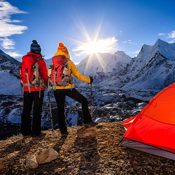 frauen bei sonnenaufgang im himalaya, mount everest national park - zelt stehhöhe stock-fotos und bilder