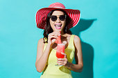 女性は、ドレスを着る。彼女は新鮮な名前の彼女感じた夏のスイカのスムージーを飲んでいた。