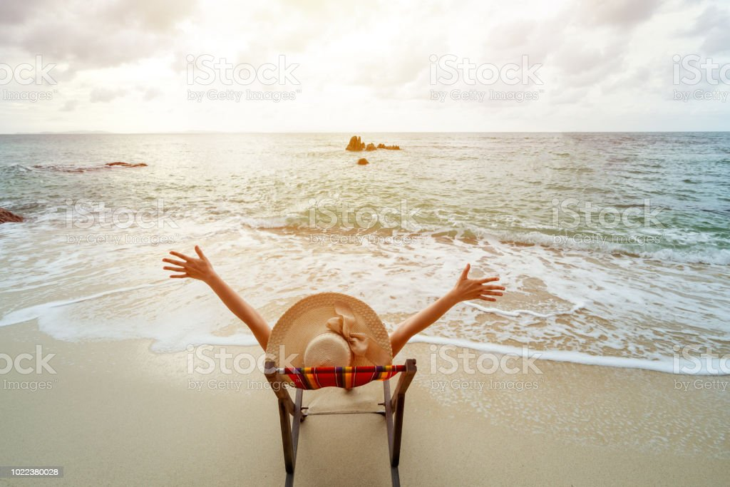 f2a4b3b10ad1 Las Mujeres Usan Sombrero Sentado Ella Feliz En Silla Cómoda En La ...