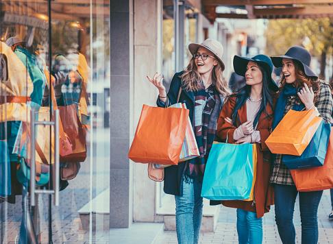 Vrouwen Weekend Stockfoto en meer beelden van 20-29 jaar