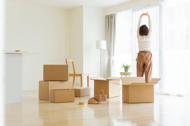 引っ越す女性 - ライフスタイル ストックフォトと画像