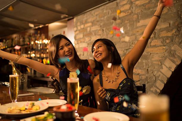 女性のお客様には、喜んで紙吹雪飛び - 正装イベント ストックフォトと画像