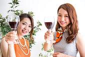 ワインを飲む女性たち
