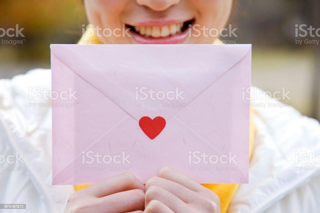 手紙を持っている女性 - 1人のロイヤリティフリーストックフォト