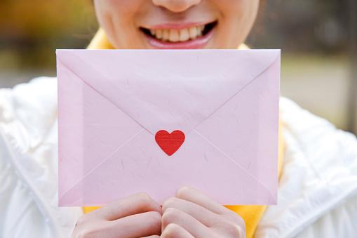 手紙を持っている女性 - 1人のストックフォトや画像を多数ご用意