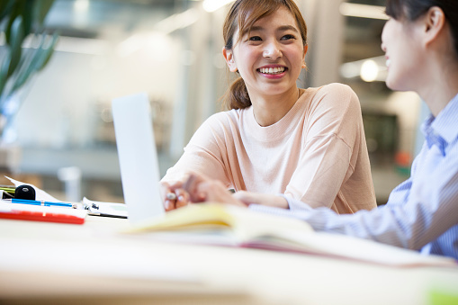Foto de Mulheres Que Trabalham No Escritório e mais fotos de stock de 20-24 Anos