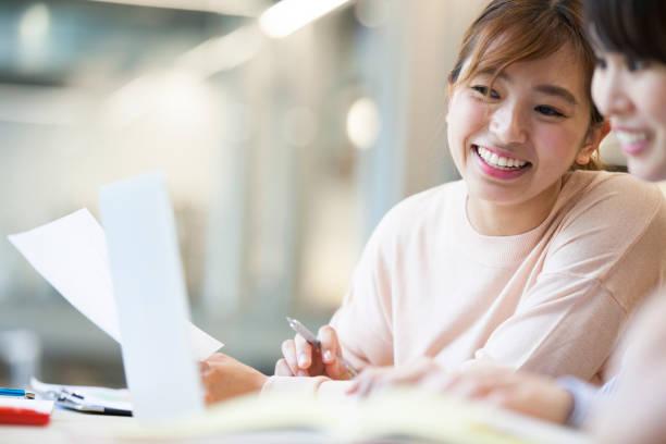 オフィスで仕事をする女性たち - 大学生 パソコン 日本 ストックフォトと画像