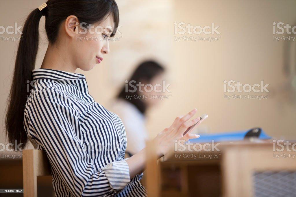 オフィスで仕事をする女性たち - 25-29歳のロイヤリティフリーストックフォト