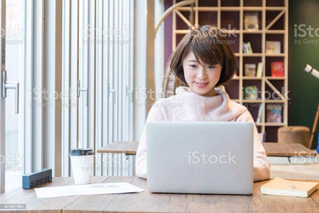 会社の外で働く女性 ストックフォト