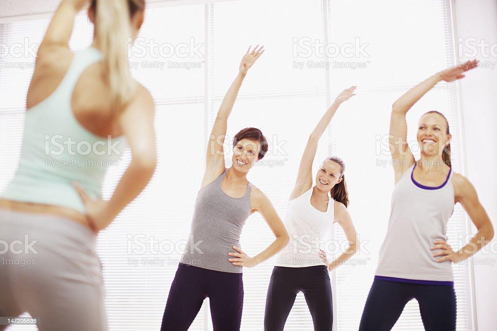 Frau mit Arme heben in Fitnesskurs – Foto