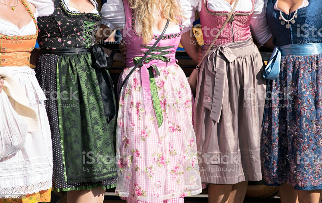 Frauen mit Dirndl auf dem Oktoberfest in München, Deutschland – Foto