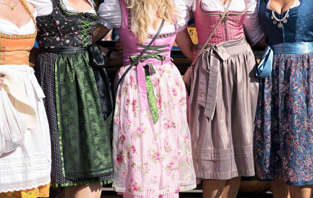 frauen mit dirndl auf dem oktoberfest in münchen, deutschland - bayerische tracht stock-fotos und bilder