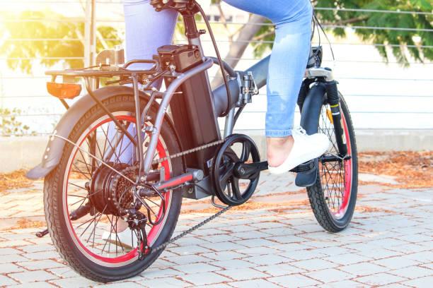 frauen mit elektrischen e-bike mit blick auf den see - elektrorad stock-fotos und bilder