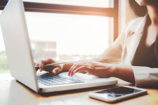 Frauen mit Laptop und Taschenrechner zählen machen Notizen. – Foto