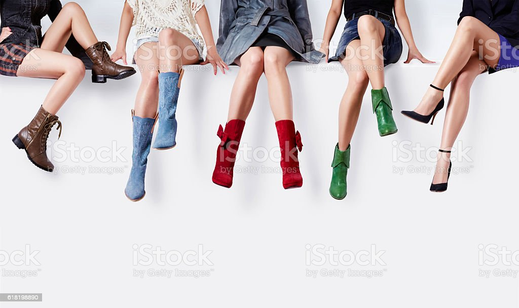 Women with many colorful shoes sitting together. – Foto