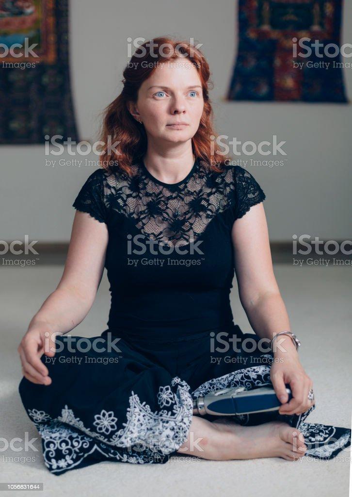 Frauen mit Beinprothese in Yoga-pose – Foto