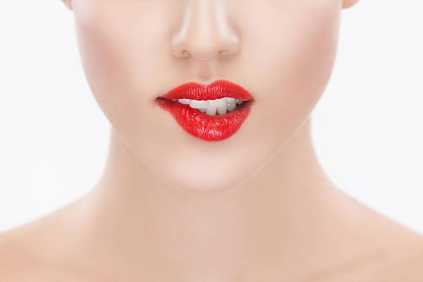 frauen mit roten lippenstift auf die lippe beißen - marko skrbic stock-fotos und bilder