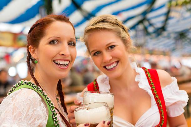 Frauen Kleidung oder traditionellen bayerischen dirndl in Bier-Zelt – Foto