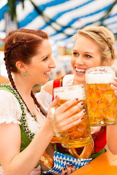 Frauen mit traditionellen bayerischen dirndl in Bier-Zelt – Foto