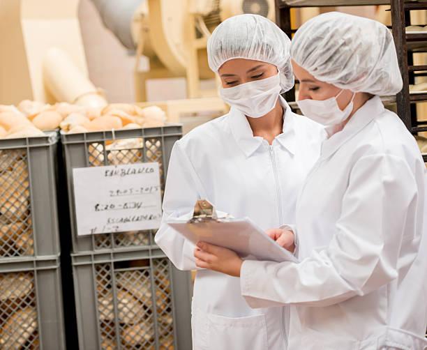 frauen arbeiten in einem food factory  - checking stock-fotos und bilder