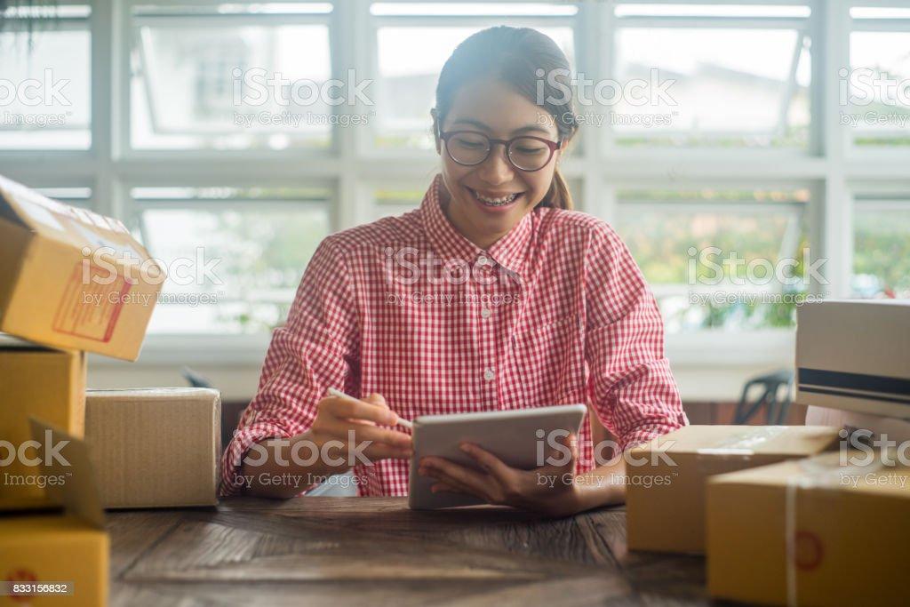 Frauen arbeiten Online-Geschäft mit Tablet-PC im Haus – Foto