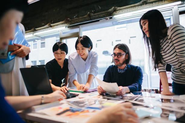 婦女在現代工作空間中共同工作 - 日本人 個照片及圖片檔