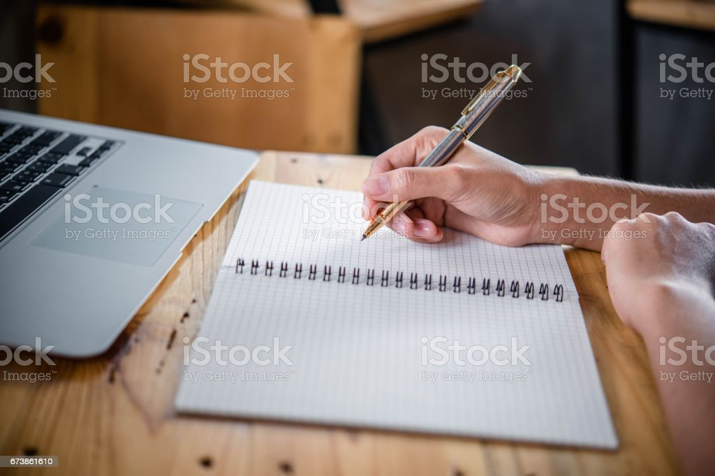 women writing and key board coffee on wooden table photo libre de droits
