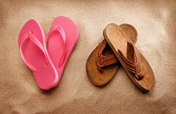 damen und herren-sandalen am strand - flitterwochen flip flops stock-fotos und bilder