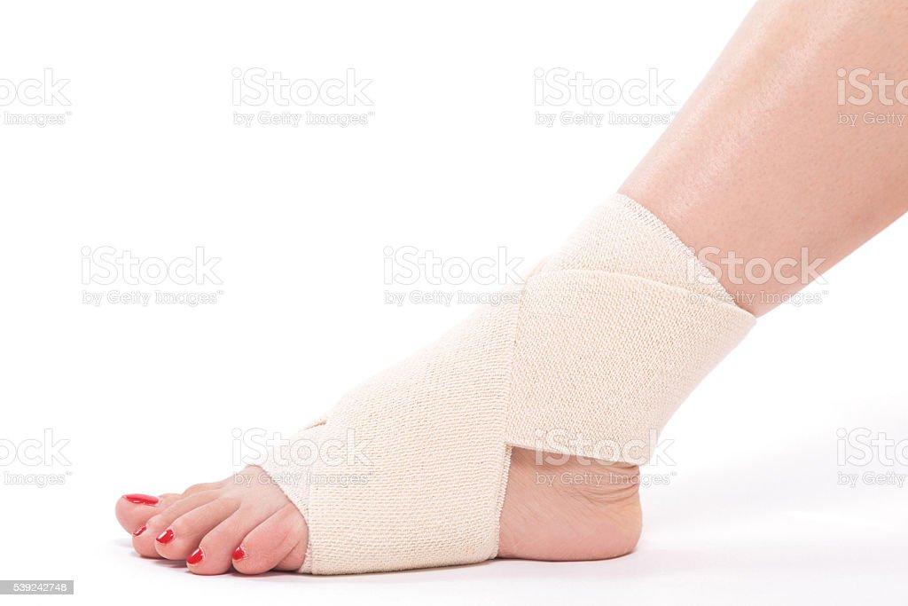 Mujeres del tobillo con una venda elástica atada foto de stock libre de derechos