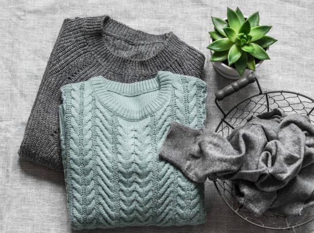 Damen Herbst Winter Pullover auf einem grauen Hintergrund, Top-Ansicht. Modekonzept – Foto