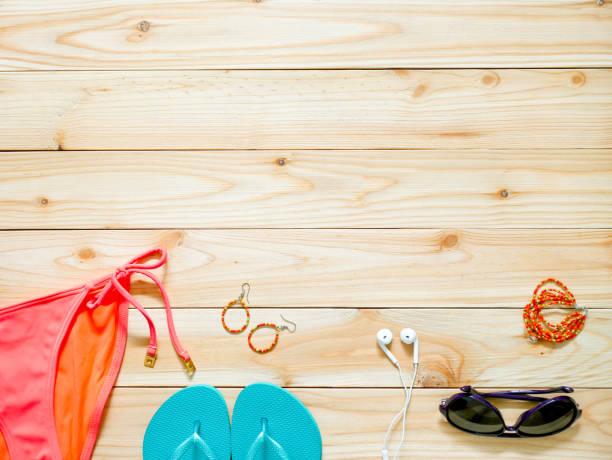 Damen Bademode und Accessoires auf hölzernen Hintergrund – Foto