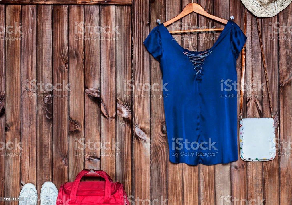 72532373e16e Roupas e acessórios em um fundo marrom feminino foto de stock royalty-free