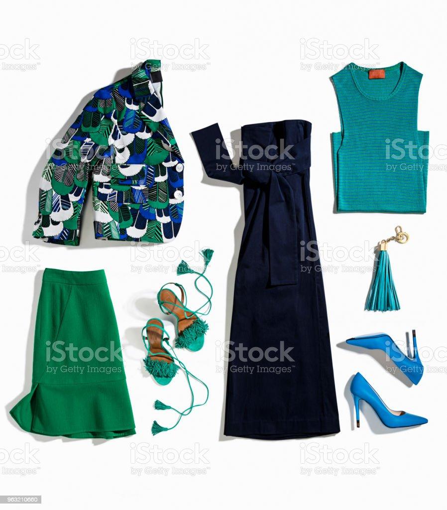 Damenbekleidung und Accessoires isoliert auf weißem Hintergrund – Foto
