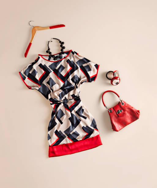 Damenbekleidung und Accessoires auf Beige Hintergrund – Foto