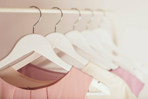 vêtements pour femmes dans des tons roses sur un cintre blanc. - vêtements photos et images de collection