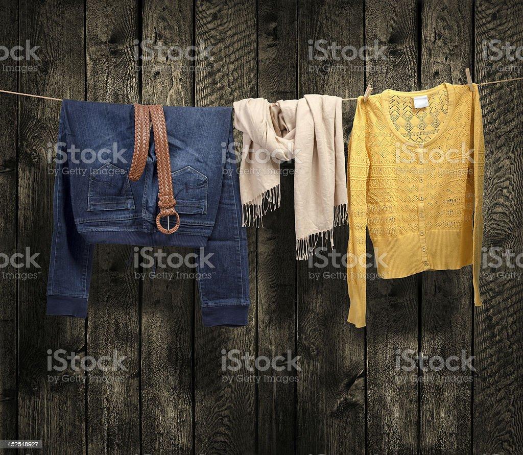 Damen Kleidung auf einer Wäscheleine mit Holz-Hintergrund – Foto