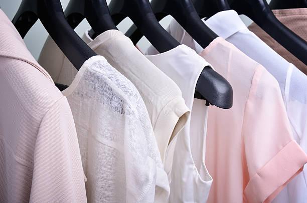 Damenkleidung Pastelltönen hängen auf dem Kleiderbügel – Foto