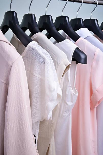 Damenkleidung Pastelltönen hängen auf dem Kleiderbügel vertikal – Foto