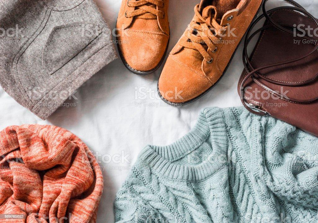 Ropa conjunto mujer - falda, botas de gamuza, Jersey, bufanda, cuero cruzada cuerpo de la bolsa sobre un fondo claro, la vista superior. Ropa femenina de invierno, otoño - foto de stock