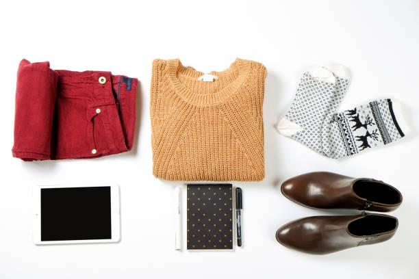 damenbekleidung variationen für herbstsaison mit warmen kleidungsstück elemente festgelegt. - handtasche jeans stock-fotos und bilder