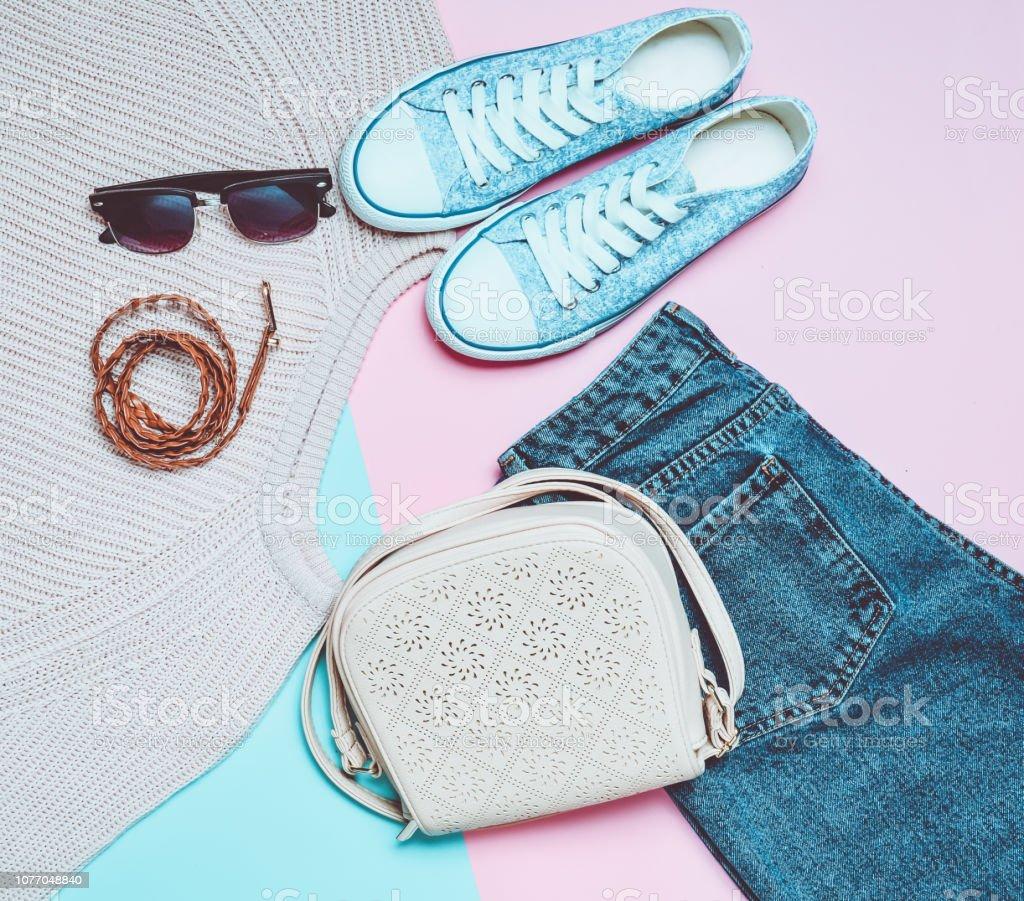 Ropa Para Mujer Zapatos Y Accesorios Sobre Un Fondo Pastel Rosa Azul Mirada De Moda Zapatillas Sueter Pantalones Vaqueros Bolso Gafas De Sol Correa Vista Superior La Tendencia Del Minimalismo Foto De