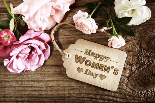 mensaje de womens day con rosas rústico - dia de la mujer fotografías e imágenes de stock