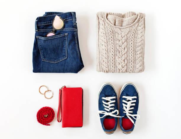 mode damenmode und accessoires in blauen und roten farben auf weißem hintergrund isoliert. flach legen, top aussicht. - handtasche jeans stock-fotos und bilder