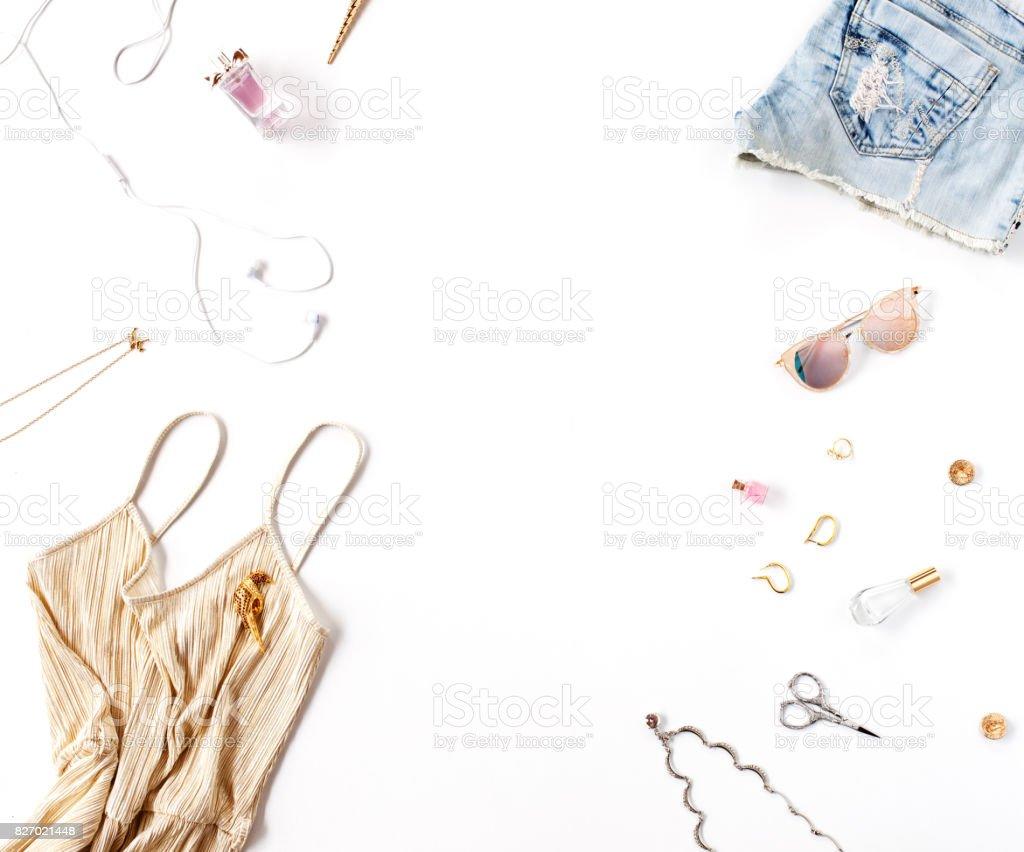 Femmes vêtements de mode et accessoires isolés sur fond blanc. Vue plate  Lapointe, haut 2bab2fe61396