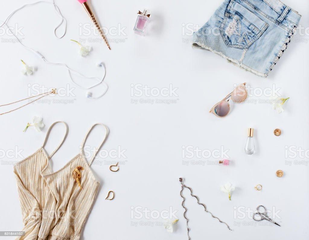 Femmes vêtements de mode et accessoires isolés sur fond blanc. Vue plate  Lapointe, haut. Ouvrir la maquette 5b77d1ffd5d3
