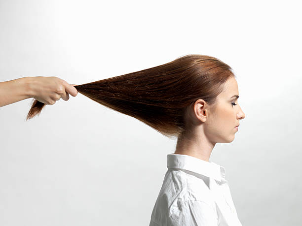 mulher é empurrado cabelo - puxar cabelos imagens e fotografias de stock