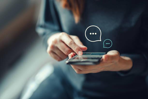 ручная ввод женщины на мобильном смартфоне, чат в чате на приложении communication digital web и социальной сети concept. - сообщение стоковые фото и изображения